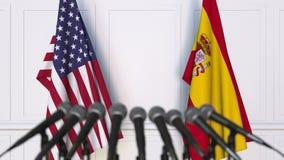 Drapeaux des Etats-Unis et de l'Espagne à la conférence de presse internationale de réunion ou de négociations banque de vidéos