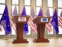 Drapeaux des Etats-Unis et de l'UE d'Union européenne et tribunes à la réunion ou à la conférence internationale Relations entre  Photo libre de droits