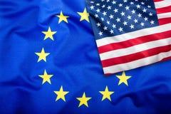 Drapeaux des Etats-Unis et de l'Union européenne Drapeau américain et drapeau d'UE Étoiles d'intérieur de drapeau Concept de drap Images libres de droits