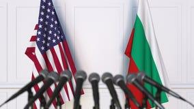 Drapeaux des Etats-Unis et de la Bulgarie à la conférence de presse internationale de réunion ou de négociations animation 3D clips vidéos