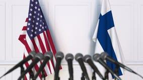 Drapeaux des Etats-Unis et de la Finlande à la conférence de presse internationale de réunion ou de négociations animation 3D banque de vidéos