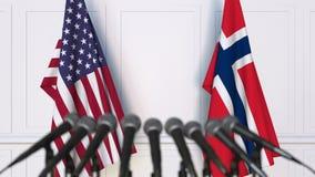 Drapeaux des Etats-Unis et de la Norvège à la conférence de presse internationale de réunion ou de négociations banque de vidéos