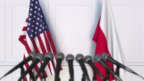 Drapeaux des Etats-Unis et de la Pologne à la conférence de presse internationale de réunion ou de négociations banque de vidéos