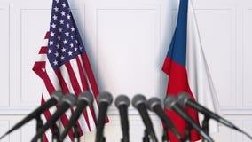 Drapeaux des Etats-Unis et de la République Tchèque à la conférence de presse internationale de réunion ou de négociations 3d banque de vidéos