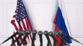 Drapeaux des Etats-Unis et de la Russie à la conférence de presse internationale de réunion ou de négociations banque de vidéos