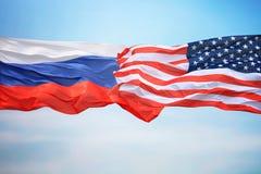 Drapeaux des Etats-Unis et de la Russie photographie stock libre de droits