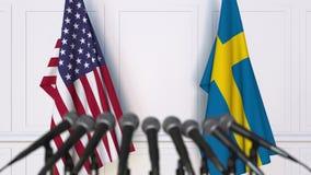 Drapeaux des Etats-Unis et de la Suède à la conférence de presse internationale de réunion ou de négociations banque de vidéos
