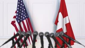 Drapeaux des Etats-Unis et de la Suisse à la conférence de presse internationale de réunion ou de négociations banque de vidéos
