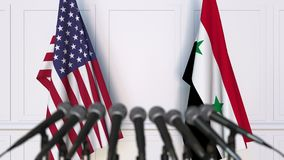 Drapeaux des Etats-Unis et de la Syrie à la conférence de presse internationale de réunion ou de négociations clips vidéos