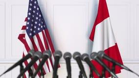 Drapeaux des Etats-Unis et du Pérou à la conférence de presse internationale de réunion ou de négociations clips vidéos