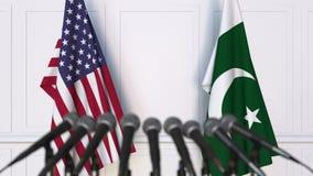 Drapeaux des Etats-Unis et du Pakistan à la conférence de presse internationale de réunion ou de négociations animation 3D banque de vidéos