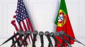 Drapeaux des Etats-Unis et du Portugal à la conférence de presse internationale de réunion ou de négociations clips vidéos