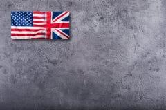 Drapeaux des Etats-Unis et du R-U Drapeau d'Union Jack sur le fond concret Photo libre de droits