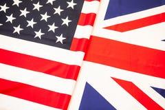 Drapeaux des Etats-Unis et du Royaume-Uni Drapeau de deux états plié dans la moitié Photo libre de droits