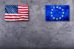 Drapeaux des Etats-Unis et l'Union européenne sur le fond concret Photographie stock libre de droits