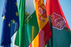 Drapeaux des pays volant dans le vent photos stock