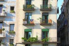 Drapeaux des séparatistes catalans sur des bâtiments dans Barce Image stock