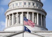 Drapeaux devant le capitol d'état de l'Utah Photographie stock libre de droits