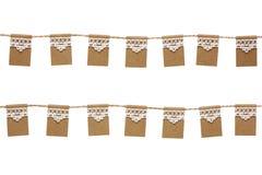 Drapeaux donnants un petit coup de partie faits à partir du papier et de la dentelle d'emballage d'isolement sur W Images stock