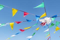Drapeaux donnants un petit coup de partie sur le ciel bleu d'A images libres de droits