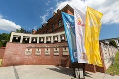Drapeaux du jour 2016 de la jeunesse du monde dans le sanctuaire de la pitié divine dans Lagiewniki Cracovie Photographie stock