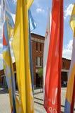 Drapeaux du jour 2016 de la jeunesse du monde dans le sanctuaire de la pitié divine dans Lagiewniki Cracovie Photos stock