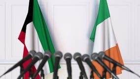 Drapeaux du Kowéit et de l'Irlande à la conférence de presse internationale de réunion ou de négociations animation 3D clips vidéos