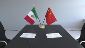 Drapeaux du Mexique et de la Chine et papiers sur la table Négociations et signature d'un accord international 3D conceptuel illustration stock