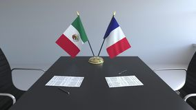 Drapeaux du Mexique et de la France et papiers sur la table Négociations et signature d'un accord international 3D conceptuel illustration stock