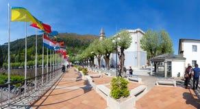 Drapeaux du monde autour de la basilique le 2ème a plus visité le sanctuaire au Portugal Images libres de droits