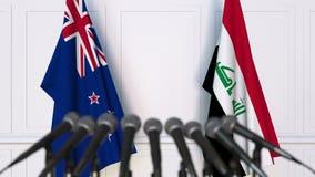Drapeaux du Nouvelle-Zélande et de l'Irak à la conférence de presse internationale de réunion ou de négociations animation 3D banque de vidéos
