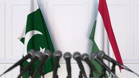 Drapeaux du Pakistan et de la Hongrie à la conférence de presse internationale de réunion ou de négociations animation 3D banque de vidéos