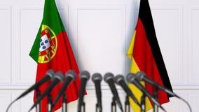Drapeaux du Portugal et de l'Allemagne à la réunion ou à la conférence internationale rendu 3d Photos libres de droits