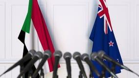 Drapeaux du Soudan et du Nouvelle-Zélande à la conférence de presse internationale de réunion ou de négociations animation 3D banque de vidéos