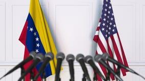 Drapeaux du Venezuela et des Etats-Unis à la conférence de presse internationale de réunion ou de négociations animation 3D banque de vidéos