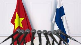 Drapeaux du Vietnam et de la Finlande à la conférence de presse internationale de réunion ou de négociations animation 3D banque de vidéos