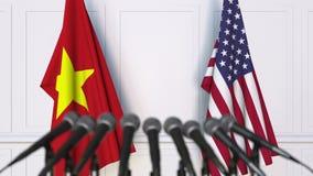 Drapeaux du Vietnam et des Etats-Unis à la conférence de presse internationale de réunion ou de négociations animation 3D banque de vidéos