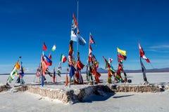 Drapeaux du vol du monde en dehors de l'hôtel de sel de Blanca de Playa sur Salar de Uyuni photographie stock libre de droits