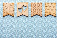 Drapeaux en bois avec des coeurs et des étoiles Photos stock