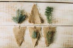 drapeaux et branches décoratifs de sapin Décor d'an neuf Image libre de droits