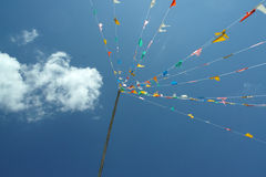 Drapeaux et ciel bleu, Thaïlande Photos stock