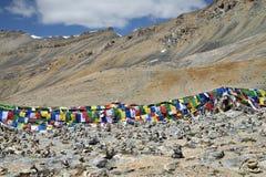 Drapeaux et sort bouddhistes colorés de pyramides en pierre Photographie stock libre de droits