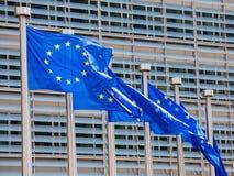 Drapeaux européens au bâtiment de Commission européenne à Bruxelles photos stock