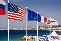 Drapeaux européens sur la plage de Nice Photo stock
