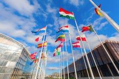 Drapeaux européens sur le plateau de Kirchberg dans la ville du Luxembourg Images libres de droits