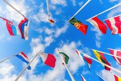 Drapeaux européens sur le plateau de Kirchberg dans la ville du Luxembourg Photo libre de droits