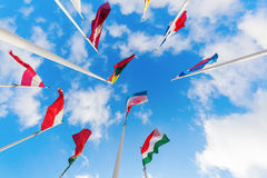 Drapeaux européens sur le plateau de Kirchberg dans la ville du Luxembourg Photographie stock libre de droits