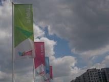 Drapeaux favorisant les Jeux Olympiques 2012 de Londres Photos stock