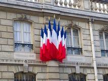 Drapeaux français à la résidence d'Elysee Palace du presid français images libres de droits