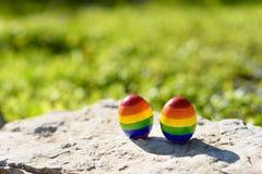 Drapeaux gais de couleur de l'arc-en-ciel LGBT sur les oeufs photo stock